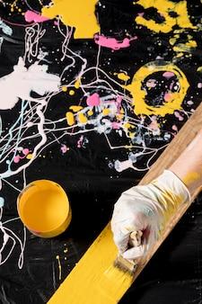 Hoge hoek van hand schilderen met penseel