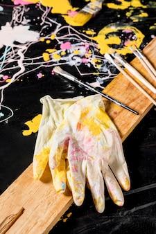 Hoge hoek van handschoenen met penselen