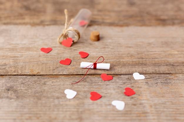 Hoge hoek van harten en buis voor valentijnsdag