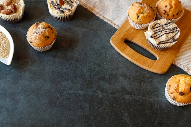 Hoge hoek van heerlijk cupcakes-concept