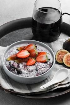 Hoge hoek van heerlijk gezond ontbijt