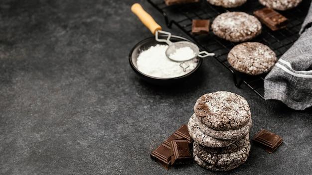 Hoge hoek van heerlijke chocoladekoekjes met poedersuiker en exemplaarruimte