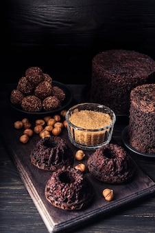 Hoge hoek van heerlijke chocoladetaart