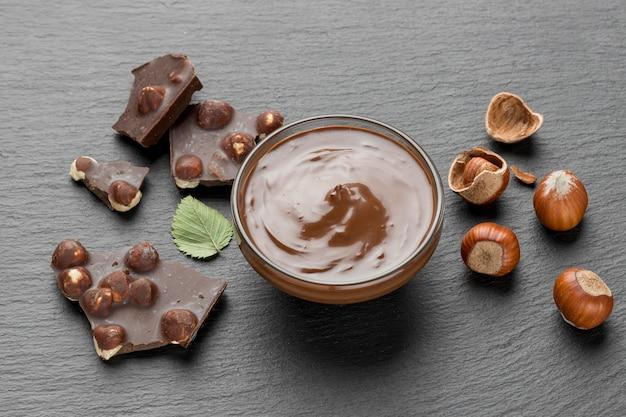 Hoge hoek van heerlijke hazelnootchocolade