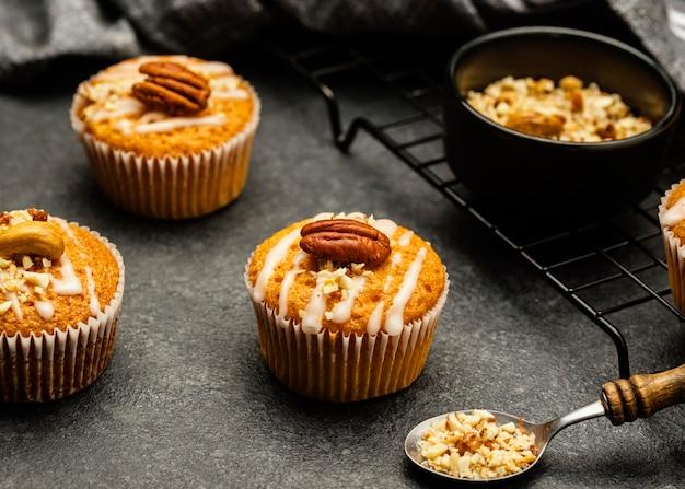 Hoge hoek van heerlijke muffins met noten