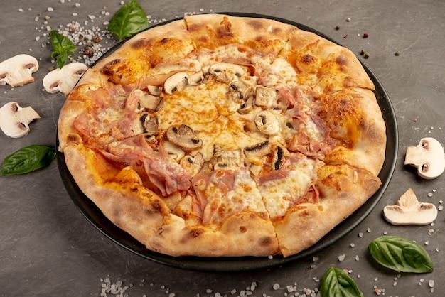 Hoge hoek van heerlijke pizza met champignons