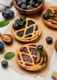 Hoge hoek van heerlijke taarten met fruit