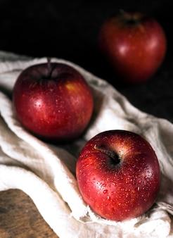 Hoge hoek van herfst appels op textiel