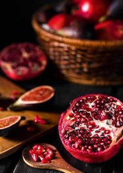 Hoge hoek van herfst vijgen en granaatappel