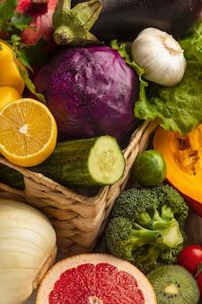 Hoge hoek van het assortiment van verse groenten