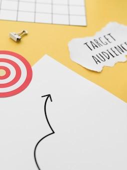 Hoge hoek van het bureaublad met doelgroep en cirkel