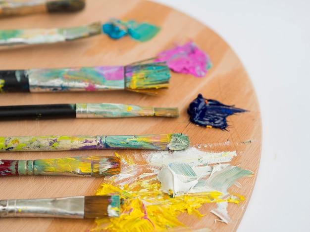 Hoge hoek van het palet met penselen