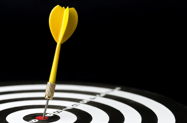 Hoge hoek van het pijltje vast in bullseye
