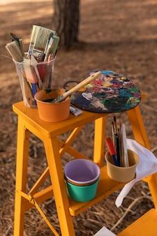Hoge hoek van het schilderen van items en benodigdheden