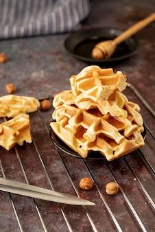 Hoge hoek van honing bedekt stapel wafels op plaat