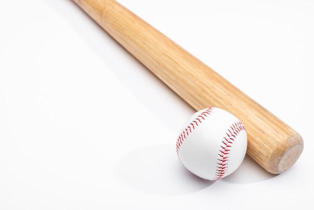 Hoge hoek van honkbalknuppel en bal
