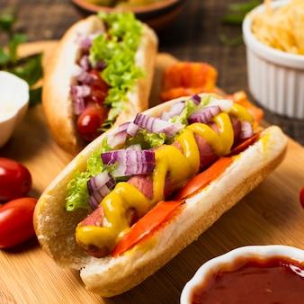 Hoge hoek van hotdogs op snijplank
