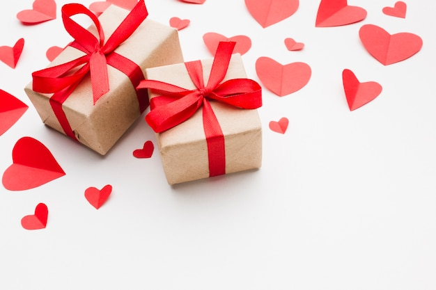 Hoge hoek van huidige en papieren hartvormen voor valentijnsdag