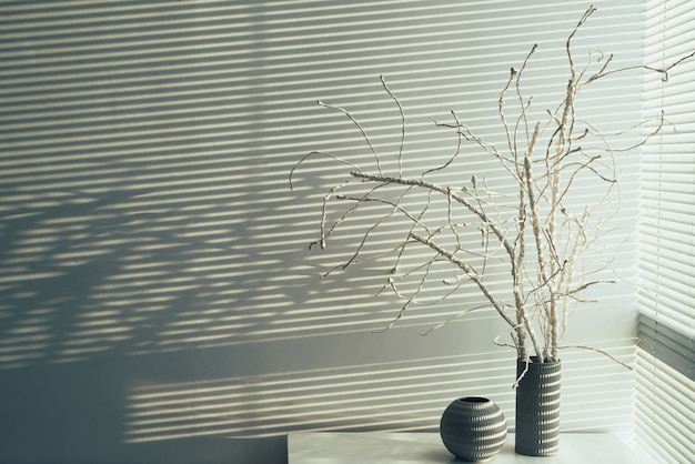 Hoge hoek van huisdecoratie tegen witte muur copyspace