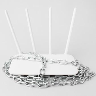 Hoge hoek van internet router met metalen ketting rond