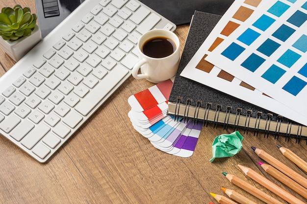 Hoge hoek van items voor het opknappen van huis met kleurenpalet en koffie