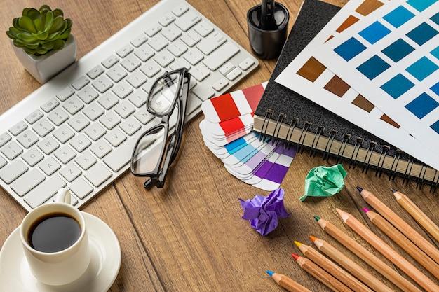 Hoge hoek van items voor het opknappen van huis met kleurenpalet