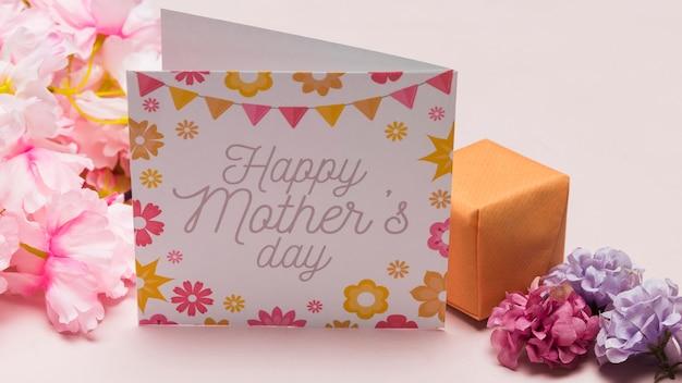 Hoge hoek van kaart en bloemen voor moederdag