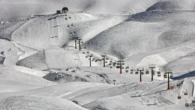 Hoge hoek van kabelbanen dichtbij sneeuwgrond