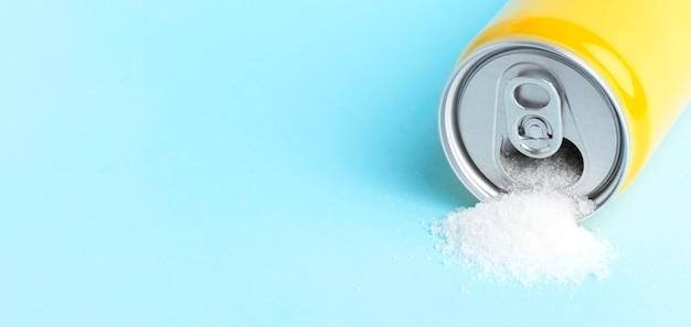 Hoge hoek van kan met suiker en exemplaarruimte