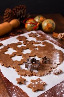 Hoge hoek van kerstkoekjesdeeg met stervormen