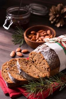 Hoge hoek van kerstmiscake met amandelen