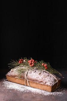 Hoge hoek van kerstmisdessert met rode bessen en exemplaarruimte