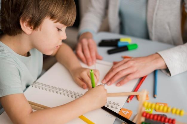 Hoge hoek van kind dat thuis leert