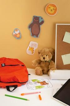 Hoge hoek van kinderbureau met boekentas en tablet