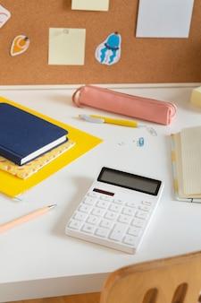 Hoge hoek van kinderbureau met rekenmachine