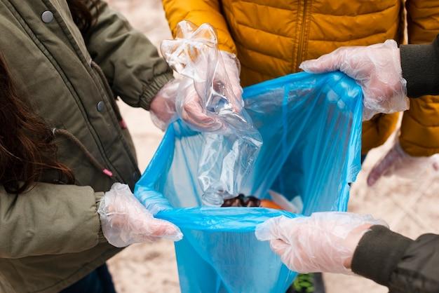 Hoge hoek van kinderen met plastic zak