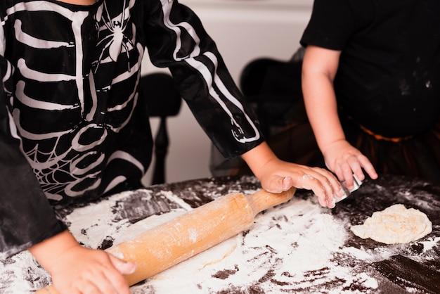 Hoge hoek van kleine jongen cookies maken