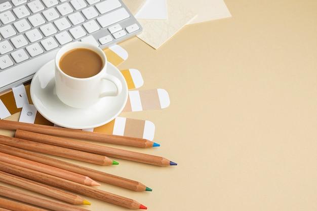 Hoge hoek van kleurenpalet voor huisrenovatie met kleurpotloden