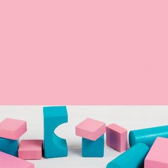 Hoge hoek van kleurrijke baby speelgoed blokken