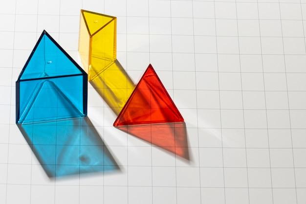 Hoge hoek van kleurrijke doorschijnende geometrische vormen met kopie ruimte