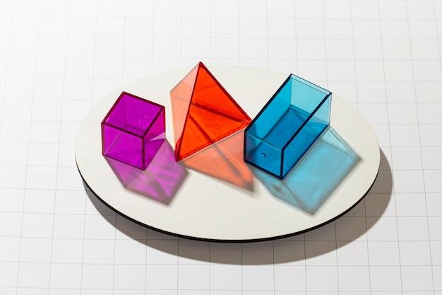 Hoge hoek van kleurrijke doorschijnende geometrische vormen