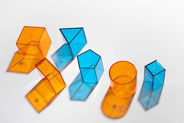 Hoge hoek van kleurrijke doorschijnende vormen