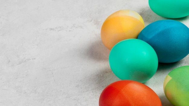 Hoge hoek van kleurrijke eieren voor pasen met kopie ruimte