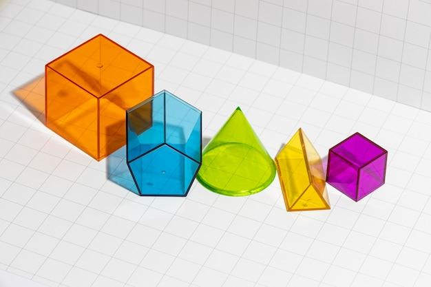Hoge hoek van kleurrijke geometrische vormen