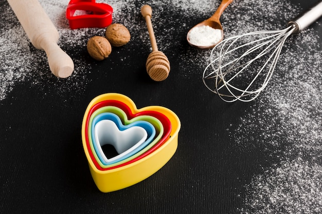 Hoge hoek van kleurrijke hartvormen met keukengerei