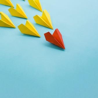 Hoge hoek van kleurrijke papieren vliegtuigjes met kopie ruimte