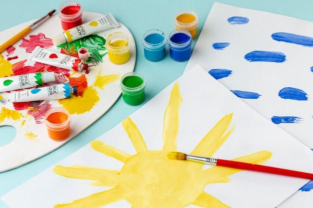 Hoge hoek van kleurrijke tekeningen en aquarel