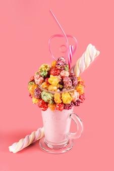 Hoge hoek van kleurrijke topping op dessert in glas