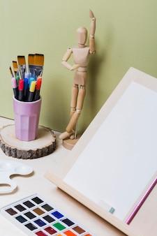 Hoge hoek van kleurrijke verf op bureau