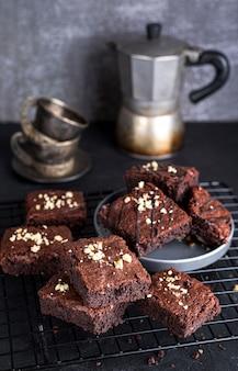 Hoge hoek van koelrek met brownies en waterkoker